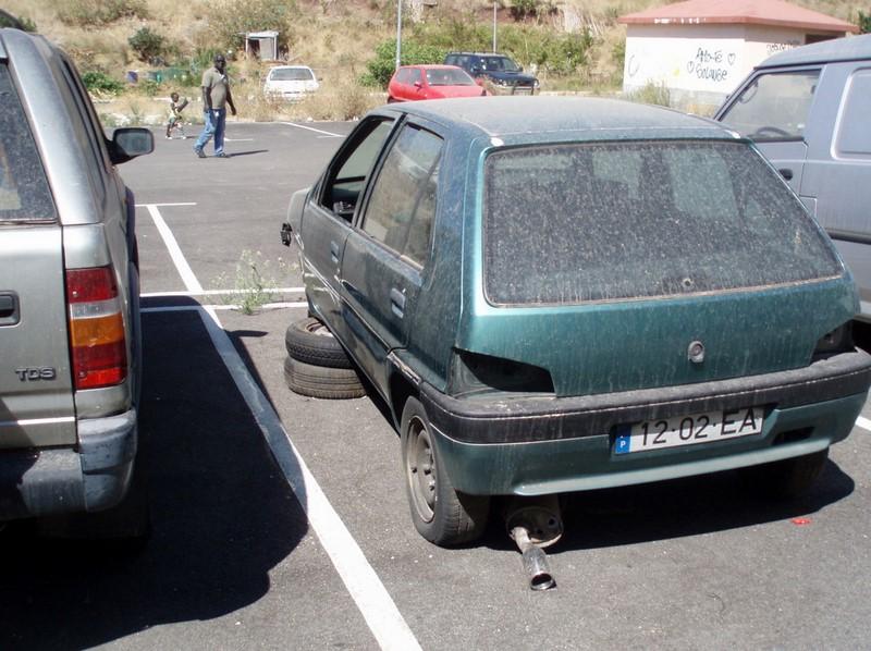 As lanternas e algumas rodas deste Peugeot 106 já foram levadas, mas a carroceria segue abandonada - Foto: Cidadania Queluz via VisualHunt.com / CC BY-NC-SA - Foto: Cidadania Queluz via VisualHunt.com / CC BY-NC-SA/Garagem 360/ND