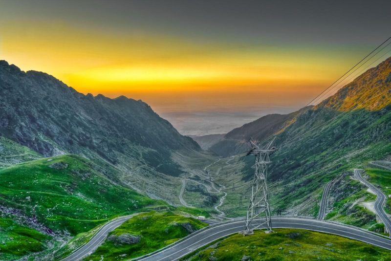 A Transfagarasan, na Romênia, funciona como uma ligação entre as partes sul e o norte do país. A rodovia, que passa pelo meio das montanhas Fagaras, conta com cenários magníficos e curvas fechadas - Cristi B via VisualHunt.com / CC BY-NC-ND - Cristi B via VisualHunt.com / CC BY-NC-ND/Rota de Férias/ND