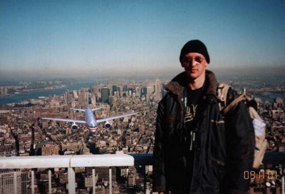 Tourist Guy: Meses após o ataque às Torres Gêmeas, foi compartilhada uma foto de um turista no topo do World Trade Center antes dos aviões colidirem. Os últimos minutos de vida do rapaz foram motivo de comoção pelo Brasil e mundo. A imagem até foi divulgada em grandes veículos de comunicação. Acontece que ela era falsa. Foi apenas uma brincadeira de mau gosto. O mais curioso é que um brasileiro disse que era ele na fotografia. Pegadinha do Mallandro! Era um húngaro. - Crédito: Reprodução Internet/33Giga/ND