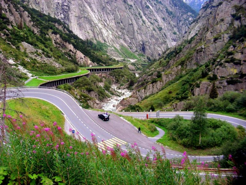 A Furka Pass é tão bonita que já apareceu até nos filmes do agente secreto James Bond. Localizada na Suíça, a estrada serviu de cenário para algumas cenas de