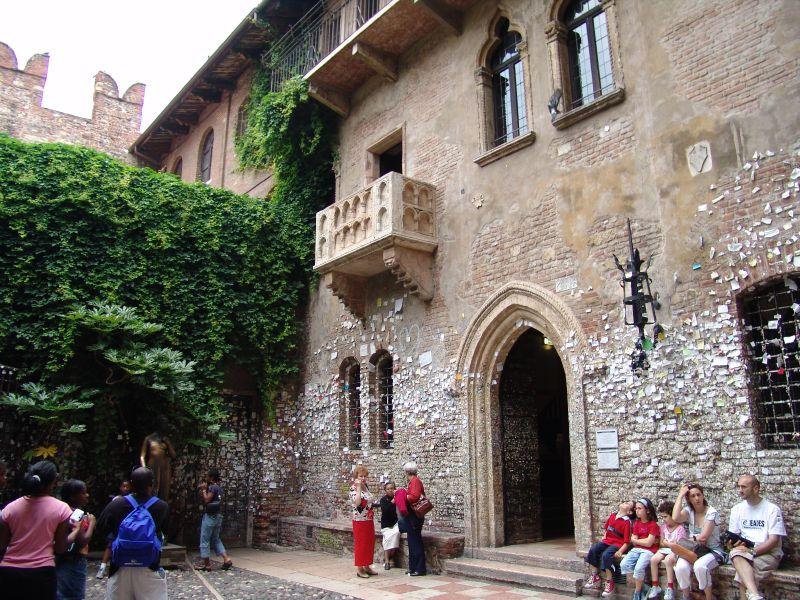 """A Casa di Giulietta, em Verona, na Itália, é uma das protagonistas do fofinho """"Cartas Para Julieta"""" (2010). Dizem que quem vai até lá e toca nos seio esquerdo da estátua de Julieta terá sorte no amor - Teymur Visuals via Visualhunt / CC BY-NC-ND - Teymur Visuals via Visualhunt / CC BY-NC-ND/Rota de Férias/ND"""