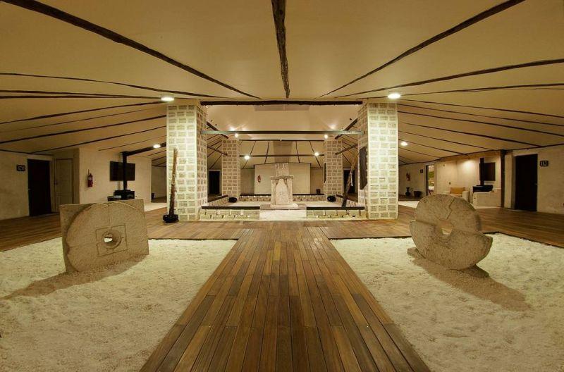 Próximo ao Salar do Uyuni, na Bolívia, o tradicional Palacio de Sal apresenta objetos e estruturas feitos com blocos de sal - Reprodução/www.palaciodesal.com.bo - Reprodução/www.palaciodesal.com.bo/Rota de Férias/ND