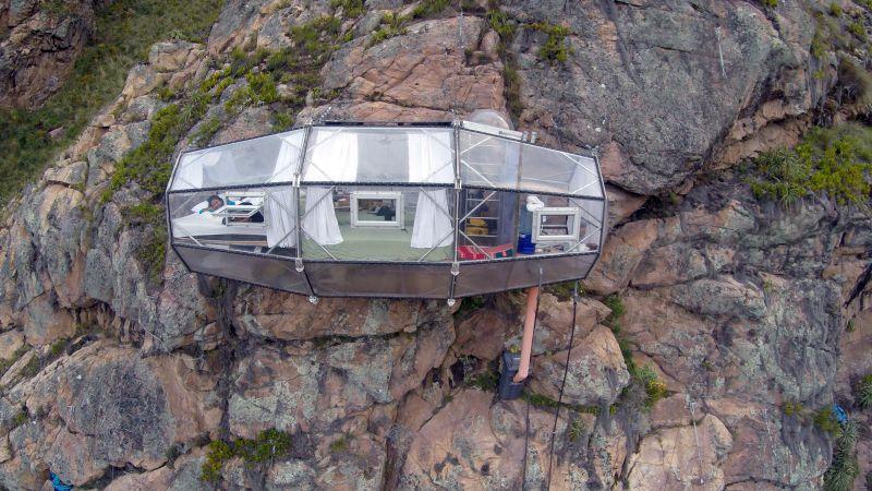 O Skylodge Adventure Suites é a opção ideal para quem quer se aventurar em Cusco, no Peru. As acomodações transparentes ficam penduradas em um penhasco e só podem ser acessadas por meio de escaladas - reprodução/http://naturavive.com - reprodução/http://naturavive.com/Rota de Férias/ND