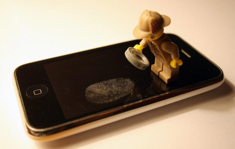 Pagamentos Autenticados Por Biometria (2014): Durante o evento de lançamento do iPhone 6, a Apple anunciou o Apple Pay, solução de pagamento móvel combinado a uma carteira digital, em parceria com a American Express, MasterCard e Visa. O sistema utiliza a tecnologia NFC para substituir cartões de crédito e débito em terminais POS habilitados para comunicação sem fio, com a adição de um segundo fator de autenticação via biometria (Touch ID), PIN ou senha. - Crédito: CJ Isherwood via VisualHunt.com / CC BY-SA/33Giga/ND