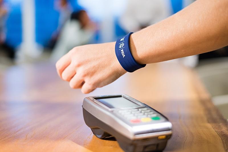 Wearables (2014): A popularização dos wearables expandiu o universo dos pagamentos móveis para muito além dos smartphones e terminais POS. Em junho de 2014, a Barclaycard lançou a pulseira de pagamentos bPay. Em setembro, a Apple anunciou que o Apple Pay estaria integrado ao recém-lançado Apple Watch. Em novembro, o smartwatch Pebble passava a disponibilizar pagamentos via PayPal. - Crédito: Divulgação/33Giga/ND