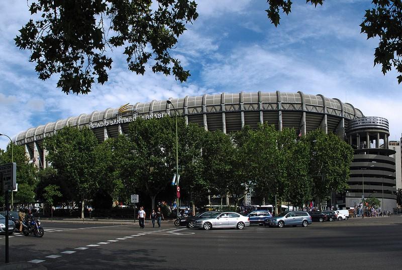 Os fãs de futebol que passam por Madri, na Espanha, não podem deixar de conhecer o Santiago Bernabéu. O estádio, inaugurado em 1947, é lar do Real Madrid e conta com um museu recheado de troféus conquistados pelo clube - jacilluch via Visualhunt.com / CC BY-SA - jacilluch via Visualhunt.com / CC BY-SA/Rota de Férias/ND