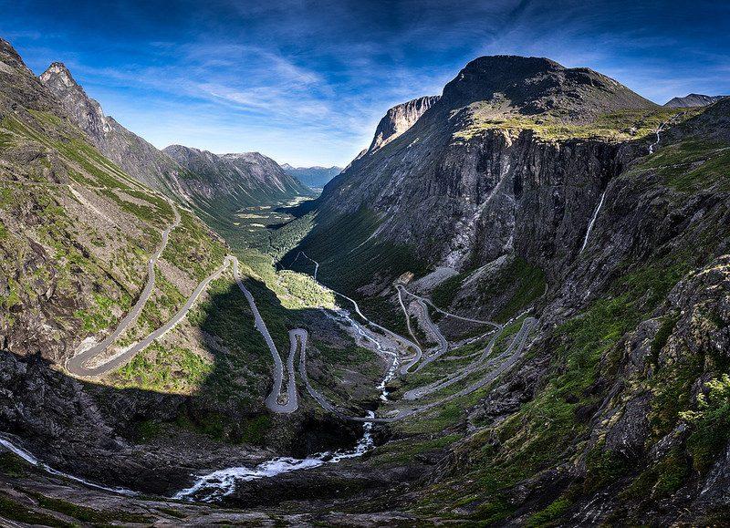 A rodovia de Trollstigen, na Noruega, já é um show vista de longe. Durante o trajeto de 106 quilômetros, o viajante passa por mirantes, cachoeiras e grandes paredões rochosos. Um espetáculo! - Foto: Giuseppe Milo (www.pixael.com) via Visualhunt.com / CC BY-NC