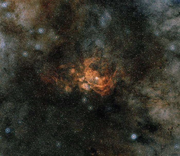Parte da constelação de Scorpius, centrada na NGC 6357 que tem o aglomerado de estrelas Pismis 24 em seu centro. Esta imagem é um composto de cor tirada pelo Digitized Sky Survey (DSS). - Crédito: Davide De Martin (ESA_Hubble), the ESA_ESO_NASA Photoshop FITS Liberator Digitized Sky Survey 2/33Giga/ND