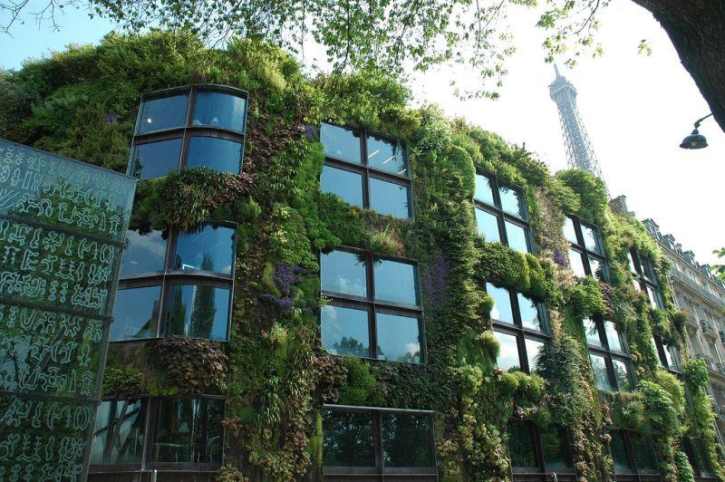 O prédio do Museu Du Quai Branly, em Paris, na França, é um show à parte. As paredes são tomadas por um belo jardim vertical, que chama a atenção de quem passa pela rua - snoeziesterre via Visual Hunt / CC BY - snoeziesterre via Visual Hunt / CC BY/Rota de Férias/ND