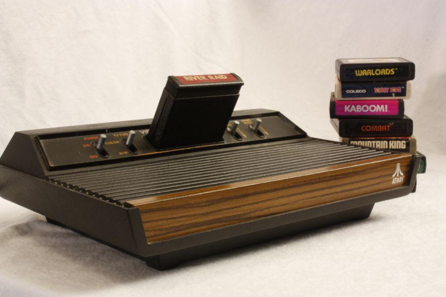 Relembre consoles clássicos, jogos consagrados e até títulos que viraram sucessos de bilheteria: Lançado em 1977, o Atari 2600 consagrou clássicos como Pac-Man, Space Invaders e Pitfall. - Crédito: Great Beyond via Visual hunt / CC BY-NC-SA/33Giga/ND