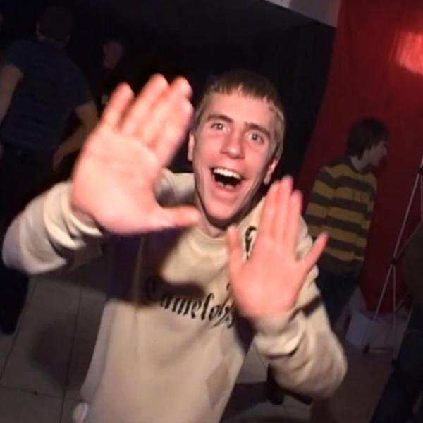 Dimitri descobre – A entrevista desse russo que fica tão alegre que sai dançando é usada com legendas para expressar diferentes motivos de felicidade. Entre eles: ter passado no TCC e descobrir que é sexta-feira. Entretanto, o real motivo para Dimitri estar tão feliz é que ele estava mostrando qual era o estilo de música que estava tocando – embora ache o gênero ruim. A entrevista foi gravada em uma boate na cidade Veliky Novgorod. Confira a legenda original em https://goo.gl/fyxoBE. - Crédito: Reprodução Internet/33Giga/ND