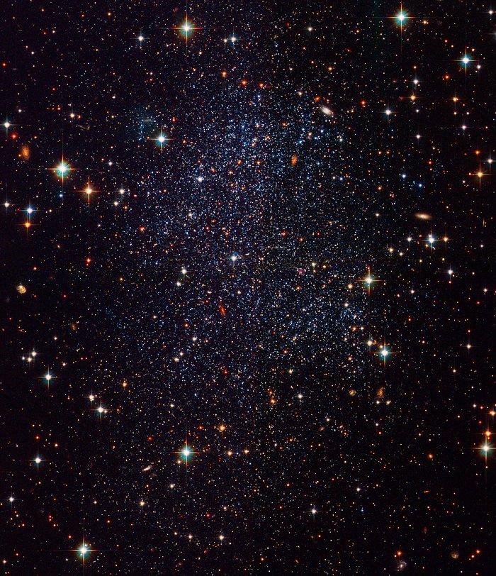 Esta imagem mostra uma pequena galáxia chamada Galáxia Anã Sagitário, ou