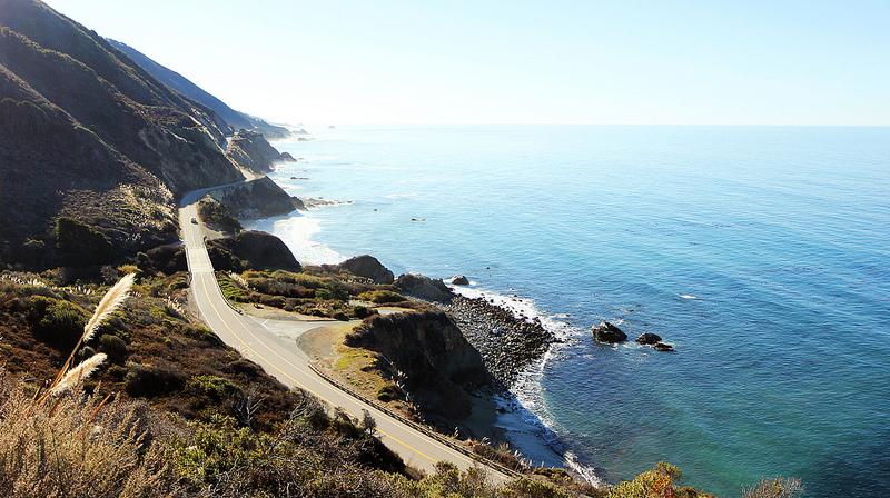 As estradas mais legais do mundo - A Pacific Coast Highway, também conhecida como Highway 1, é uma boa pedida para quem quer conhecer a Califórnia, nos EUA, em alto estilo. O percurso inclui o famoso trecho da Big Sur, que passa pela Bixby Creek Bridge e leva o motorista a cidades como Santa Monica, Los Angeles e San Diego - Foto: jirfy via Visual Hunt / CC BY-NC-SA - Foto: jirfy via Visual Hunt / CC BY-NC-SA/Garagem 360/ND