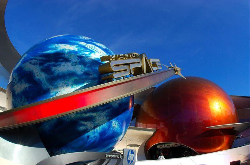 """Na atração Mission: Space, a galera embarca em uma missão pelo espaço. É possível optar por duas filas: verde ou laranja. A primeira é ideal para crianças e pessoas que enjoam fácil. Na segunda, o bicho pega. Prepare-se para sentir a sensação de sair da atmosfera e ainda """"controlar"""" uma nave que adora chacoalhar - Divulgação - Divulgação/Rota de Férias/ND"""