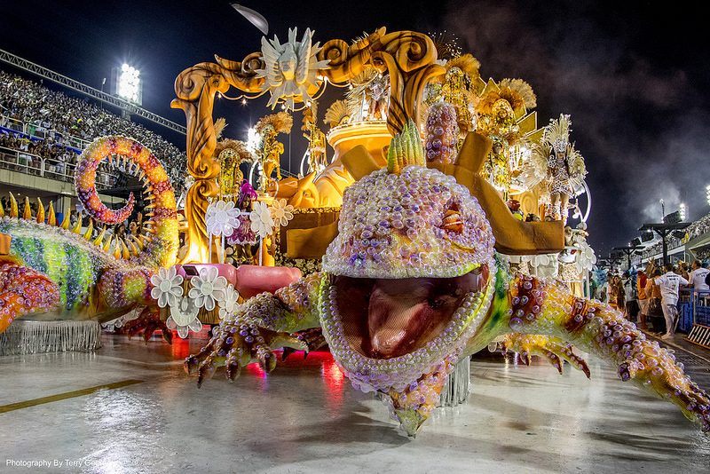 Os desfiles de Escolas de Samba é outra atração durante o Carnaval. O Rio de Janeiro marca presença no evento, que é realizado no Sambódromo da Marquês de Sapucaí. Em 2018, as escolas do grupo especial desfilam entre 11 e 12 de fevereiro - TerryGeorge. on VisualHunt / CC BY-NC-SA - TerryGeorge. on VisualHunt / CC BY-NC-SA/Rota de Férias/ND