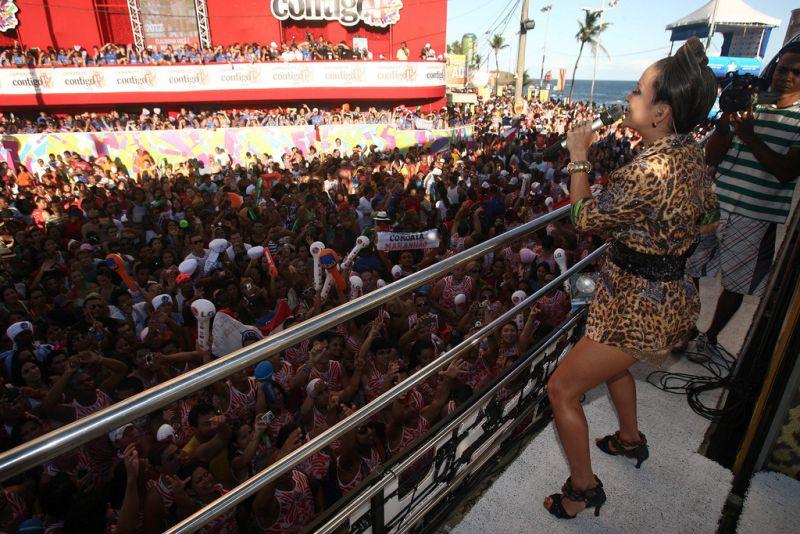 Em Salvador (BA) os blocos de Carnaval viram uma mar de gente pelas ruas da cidade. Andando atrás de trios elétricos, o público comemora a data com muita alegria - turismobahia on Visualhunt / CC BY-SA - turismobahia on Visualhunt / CC BY-SA/Rota de Férias/ND
