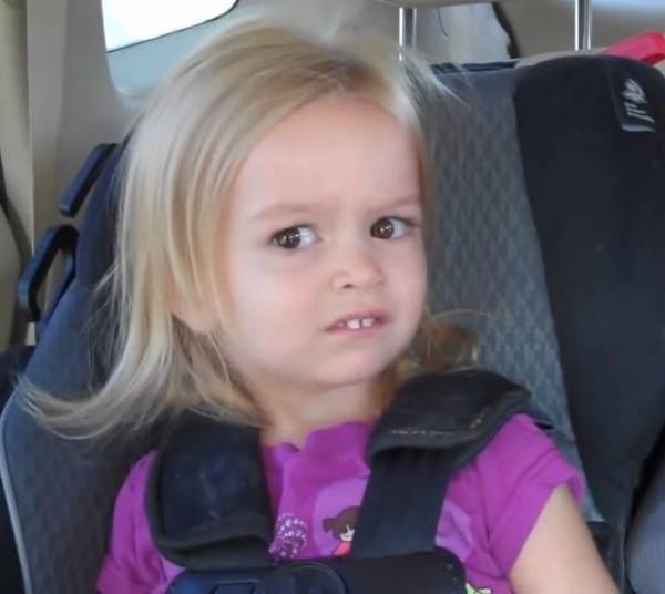 Chloe sincera – Esta menininha virou meme com apenas três anos de idade. É que sua mãe publicou um vídeo no YouTube em que está levando Chloe e sua irmã para a escola, mas a surpresa é que, na verdade, elas estavam indo para a Disney. Enquanto a irmã entra em êxtase com a notícia, Chloe se expressa de forma cômica, dando uma espécie de sorriso enojado. Relembre o momento que virou meme: https://bit.ly/2sYcA8h. - Crédito: Reprodução Internet/33Giga/ND