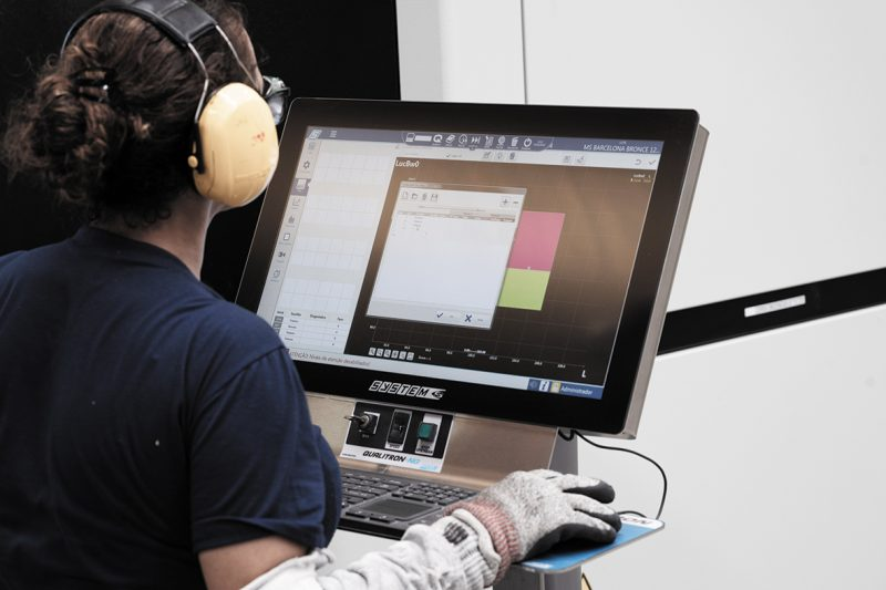 Colaboradora opera uma das estações de controle da linha de produção da Portobello – Divulgação/Acervo Portobello