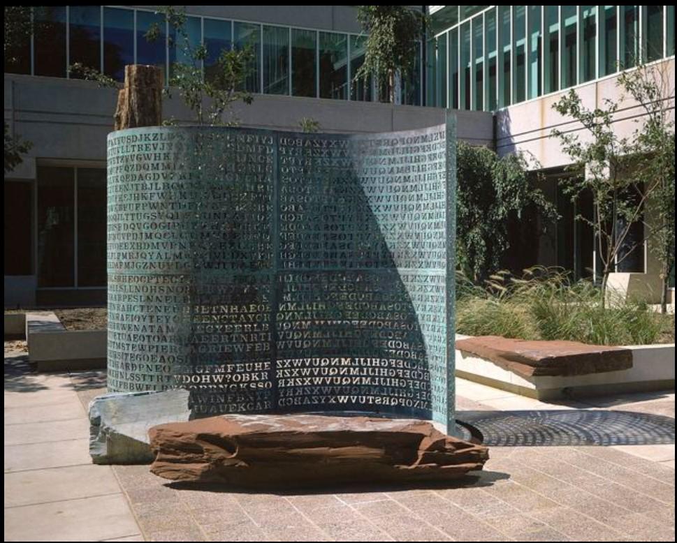 Kryptos - Jim Sanborn criou uma escultura cujo objetivo é mostrar como as coisas podem ser codificadas e resolvidas a partir de padrões e pistas. A obra conta com quatro mensagens enigmáticas, mas apenas três foram decodificadas. - Créditos: Jim-Sanborn/33Giga/ND
