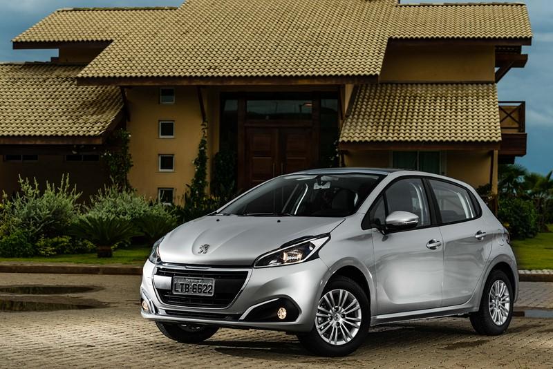 7- Peugeot 208 1.2 Active: 13,9 km/l / 15,5 km/l (cidade/estrada - com gasolina) e 9,6 km/l / 10,7 km/l (cidade/estrada - com etanol) - Foto: Divulgação - Foto: Divulgação/Garagem 360/ND