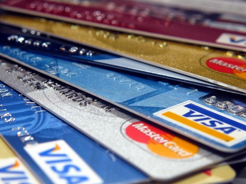 Cartões Tarjas Magnéticas (1970): Na década de 1970, o uso de cartões com tarjas magnéticas foi padronizado, permitindo aos estabelecimentos verificar as transações eletronicamente. Este avanço reduziu substancialmente o tempo gasto em uma operação. Nos anos 1980, as redes de cartões de pagamento se tornaram globais e, pela primeira vez, foram utilizadas em conjunto com um Personal Identification Number (PIN) em um terminal Point of Sale (POS). - Crédito: frankieleon via VisualHunt / CC BY/33Giga/ND