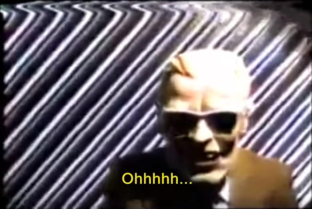 O incidente Max Headroom - Em 22 de novembro de 1987, um hacker invadiu o sinal de duas emissoras de televisão da cidade de Chicago (EUA). Em uma das invasões, a transmissão do sinal da WTTW foi interrompido e um homem mascarado de Max Headroom (personagem fictício de inteligência artificial) invadiu a tela em frente a um fundo listrado. - Crédito: reprodução YouTube/33Giga/ND