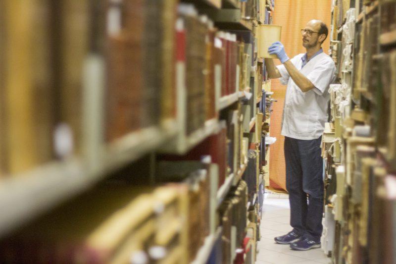 O bibliotecário Alzemi Machado, funcionário do Estado há 33 anos, zela pela história da própria instituição – Flavio Tin/ND