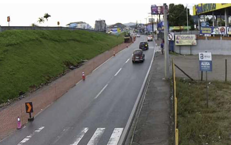 Marginal da BR-101 perto da rua Acácio Reitz, em Biguaçu: pista escorregadia exige atenção ao volante. - Reprodução