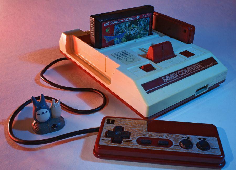 Um dos consoles mais clássicos, o Nintendo Entretainment System (NES), ou Nintendinho no Brasil, foi lançado no mercado japonês em 1983, com o nome de Famicom. - Crédito: mouseshadows via VisualHunt / CC BY-NC/33Giga/ND
