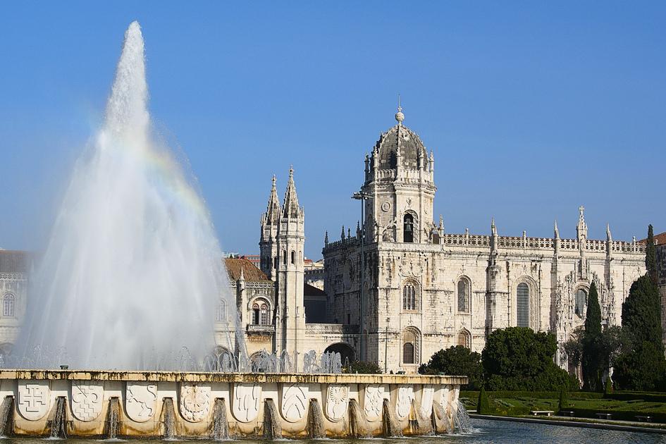 """Outra construção da época de D. Manuel I é o Mosteiro dos Jerónimos. O então rei de Portugal construiu este mosteiro para perpetuar a a memória do Infante D. Henrique e instalar o panteão para a sua dinastia. Para ocupar o lugar, D. Manuel I escolheu os monges da Ordem de São Jerónimo, de modo que eles orassem por ele e também dessem conforto espiritual aos navegadores. O local foi declarado, em 1907, Monumento Nacional, e, em 1983, a UNESCO classificou-o como """"Patrimônio de toda a Humanidade"""" - titoalfredo on Visualhunt / CC BY-NC-SA - titoalfredo on Visualhunt / CC BY-NC-SA/Rota de Férias/ND"""