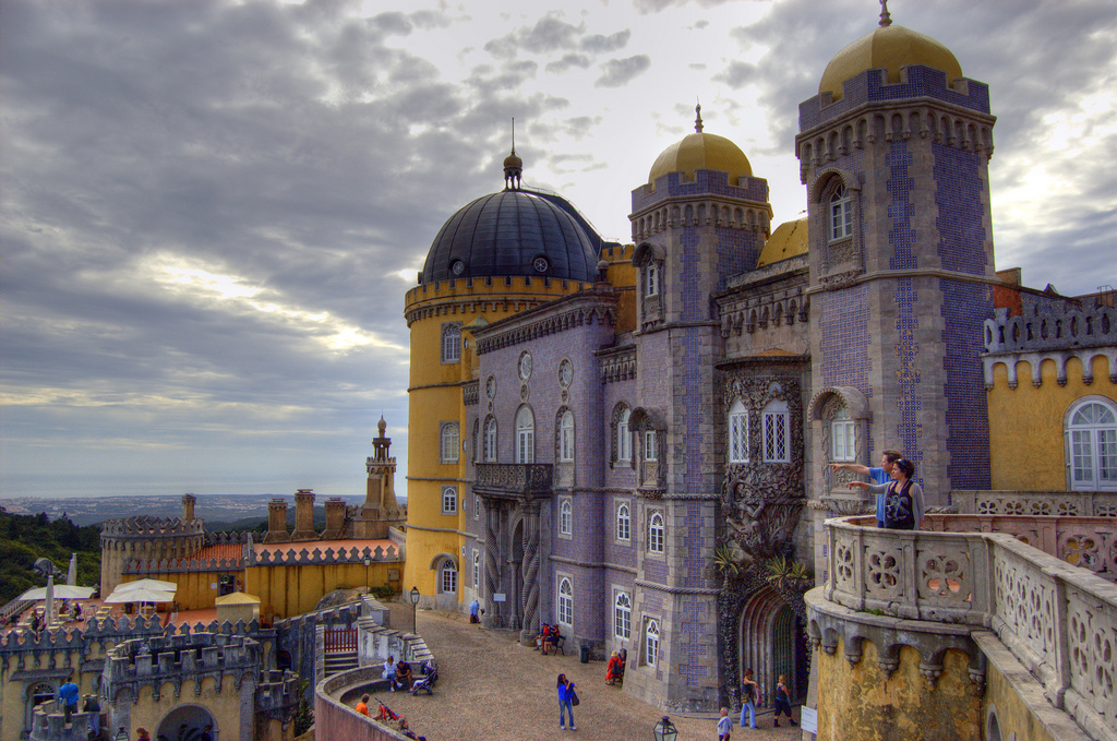 O Palácio da Pena é o segundo ponto mais alto da Serra de Sintra. Localizado na zona oriental do Parque da Pena, é o palácio mais visitado de Portugal e disputa com o Mosteiro dos Jerónimos o título de monumento que mais recebe turistas no país.O Palácio da Pena foi classificado como Monumento Nacional em 1910, e é apontado pela UNESCO como Patrimônio Mundial da Humanidade desde 1995. Em 2013 passou a integrar a Rede de Residências Reais Europeias - Willtron on Visualhunt.com / CC BY-SA - Willtron on Visualhunt.com / CC BY-SA/Rota de Férias/ND