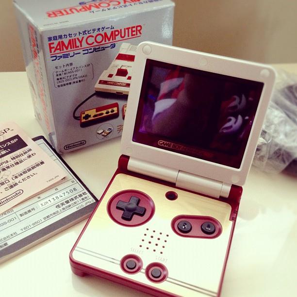 Dois anos mais tarde, em 2003, o Game Boy Advance SP foi lançado, com design diferenciado e tela com iluminação, que permitia que o portátil fosse utilizado até em ambientes escuros. - Crédito: uberLAB via Visualhunt.com / CC BY-NC-ND/33Giga/ND