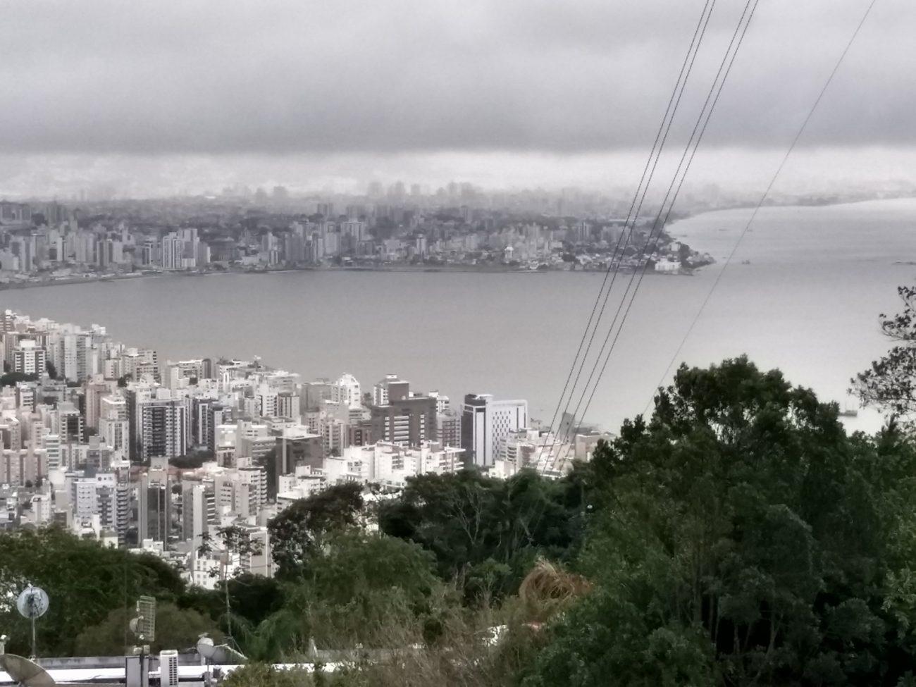 Nuvens pesadas sobre a região do Continente, nesta tarde - Divulgação