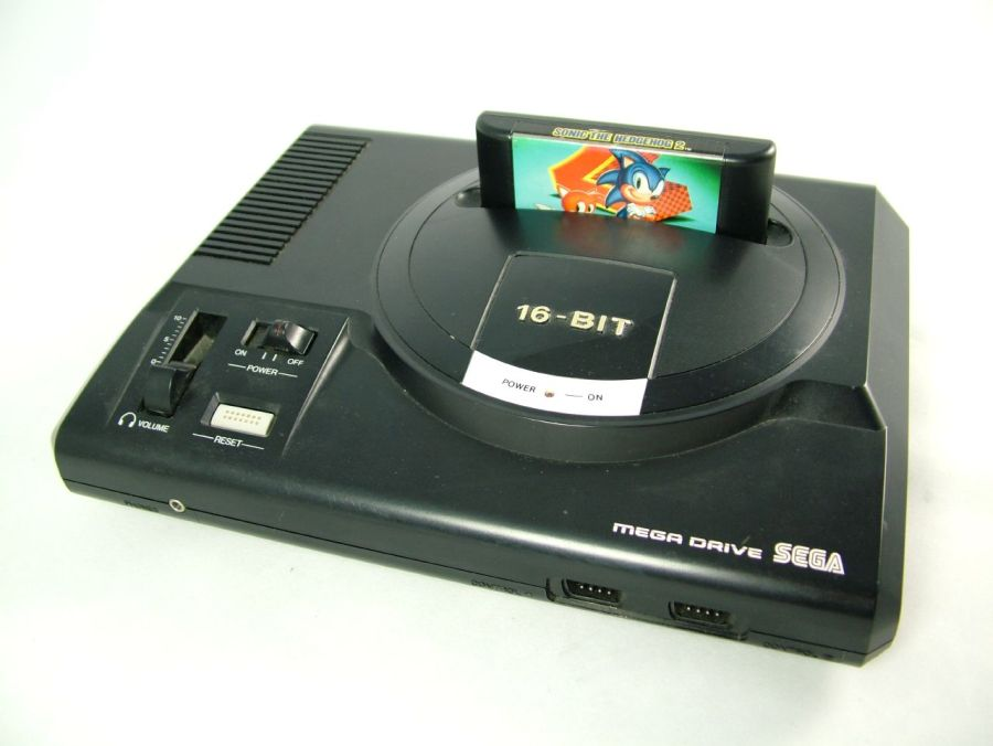 Sucessor do Master System, o Mega Drive estreou a era 16-bits na Sega, em 1988. Maior mascote da empresa, o Sonic surgiu durante essa era. - Crédito: unloveablesteve via Visualhunt / CC BY-NC-SA/33Giga/ND