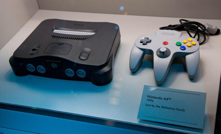 Em 1996 foi lançado o Nintendo 64, substituindo o SNES. Embora tenha perdido a liderança do mercado, marcou sua geração com grandes clássicos, como Zelda Ocarina of Time e 007 Goldeneye. - Crédito: alanosaur via Visualhunt / CC BY-NC-SA/33Giga/ND