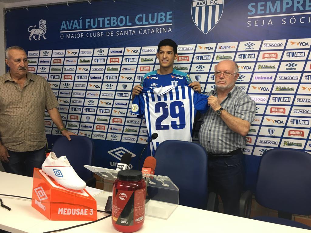 Matheus Matias recebe a camiseta de número 29 do presidente Battistotti - Avaí FC/divulgação