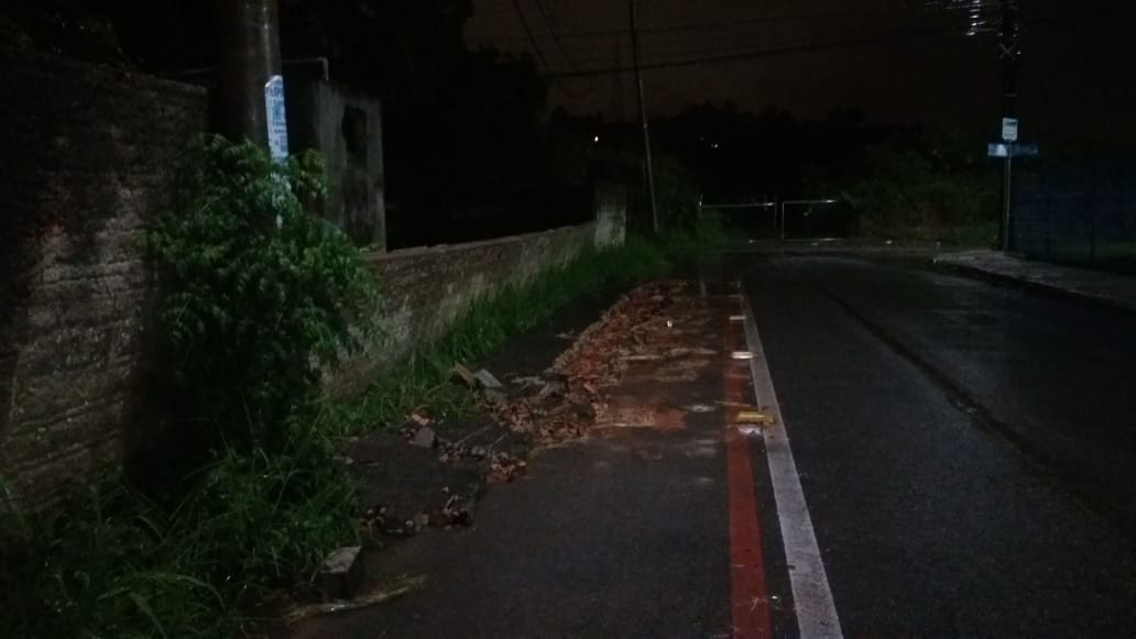 Chuvas causam queda de muro sob a via em Palhoça - Reprodução/RIC TV Record