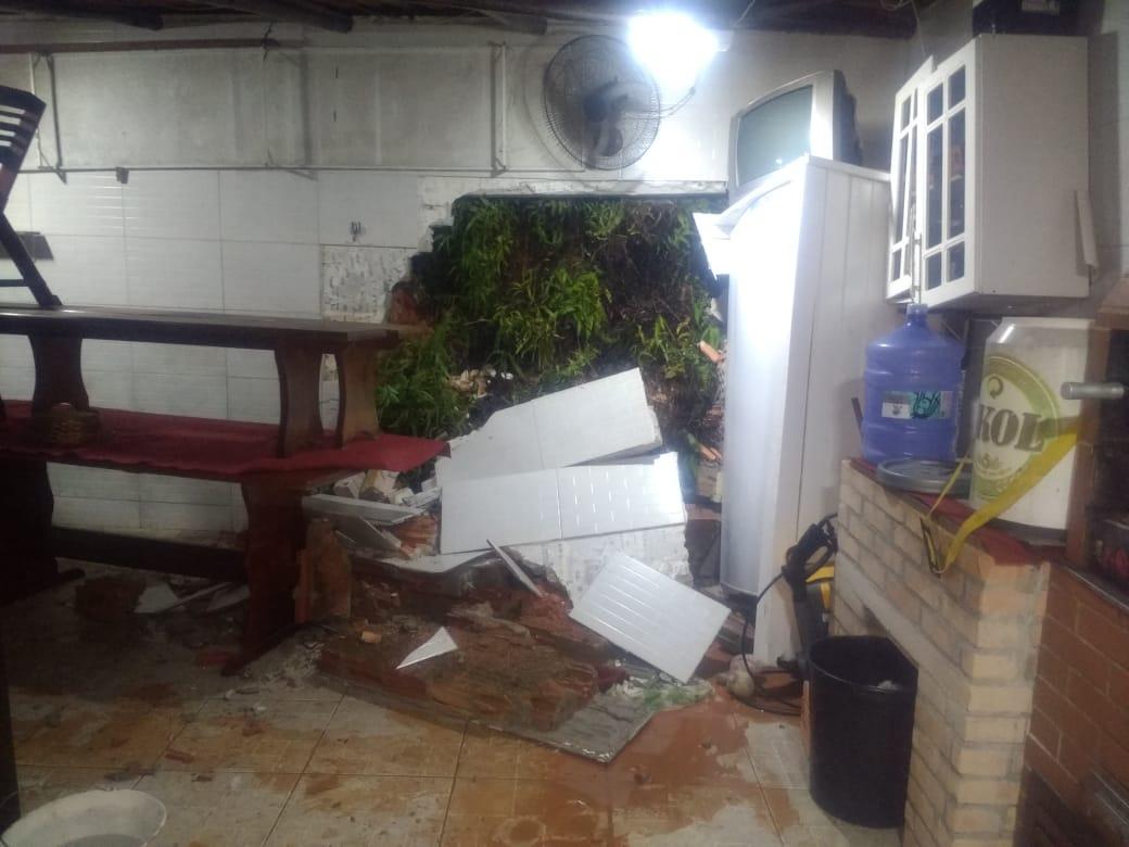 Também em Palhoça um deslizamento causou estragos em uma casa - Reprodução/RICTV Record