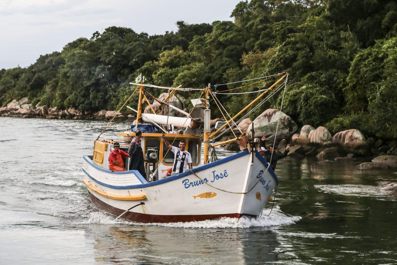 Barcos chegam no final de tarde após mais um dia na costa a procura das tainhas. - Anderson Coelho/ND