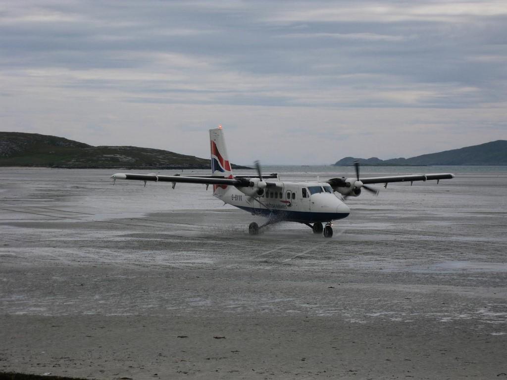 Aeroporto Internacional da Barra, Escócia: os aviões utilizam a areia da praia para pousarem no local. Sendo assim, as descidas só podem ser feitas com a maré baixa, já que as três pistas de pouso somem quando o nível do mar sobe - marcus_jb1973 on VisualHunt / CC BY-NC-ND - marcus_jb1973 on VisualHunt / CC BY-NC-ND/Rota de Férias/ND