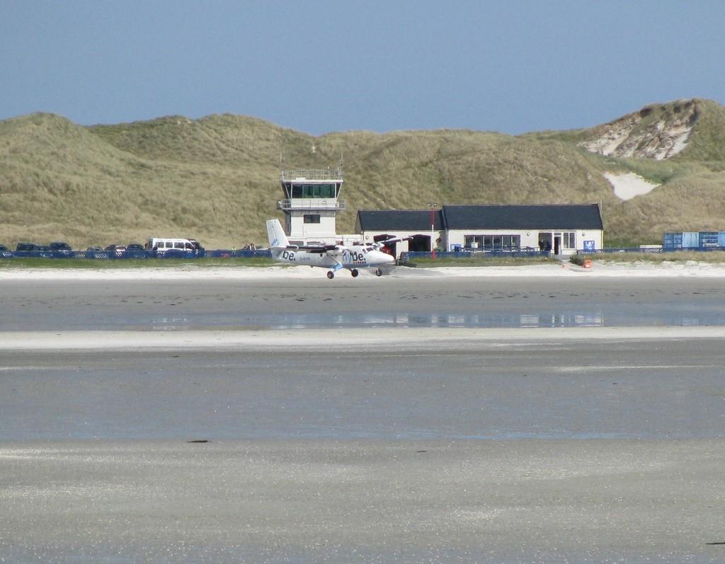 Aeroporto Internacional da Barra, Escócia: os aviões utilizam a areia da praia para pousarem no local. Sendo assim, as descidas só podem ser feitas com a maré baixa, já que as três pistas de pouso somem quando o nível do mar sobe - d_bickerstaff on VisualHunt.com / CC BY-NC-SA - d_bickerstaff on VisualHunt.com / CC BY-NC-SA/Rota de Férias/ND