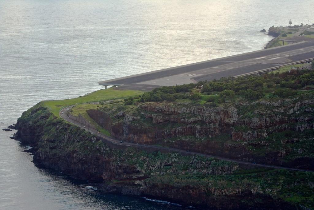 Aeroporto da Ilha da Madeira, Portugal: localizado entre penhascos e o mar, a pista deste aeroporto é sustentada por quase 200 colunas em uma parte. Além disso, os fortes ventos atrapalham e desafiam os pilotos - futureshape on VisualHunt.com / CC BY - futureshape on VisualHunt.com / CC BY/Rota de Férias/ND