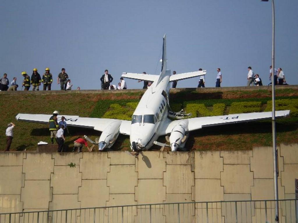 Aeroporto de Congonhas, São Paulo: quando foi construído, em 1936, ficava em uma parte isolada da capital paulista. Entretanto, conforme a cidade foi crescendo, o aeroporto ficou espremido entre prédios e casas. Sua pista curta não tem uma boa área de escape, o que já causou alguns incidentes, além do acidente do voo 3054 da Tam, que vitimou todos os ocupantes em 2007 - Mílton Jung on Visualhunt / CC BY-NC - Mílton Jung on Visualhunt / CC BY-NC/Rota de Férias/ND
