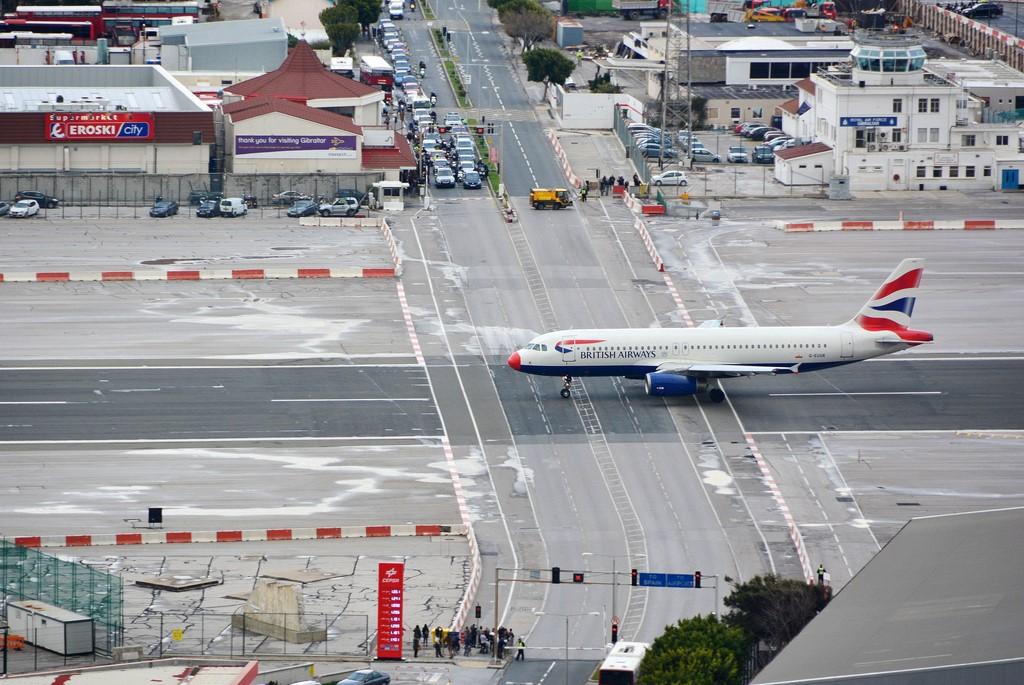 Aeroporto de Gibraltar: território britânico localizado na península Ibérica, ele tem o único aeroporto do mundo cuja pista é cruzada por uma avenida. Quando alguma aeronave precisa utilizá-la, semáforos e cancelas bloqueiam o trânsito de veículos - M McBey on Visualhunt.com / CC BY - M McBey on Visualhunt.com / CC BY/Rota de Férias/ND