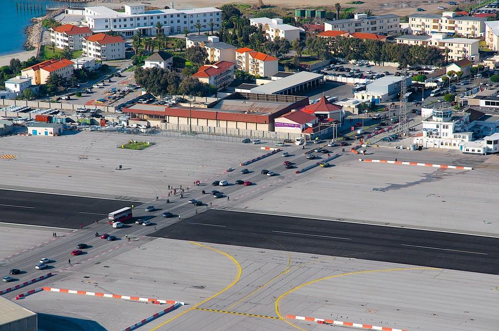 Aeroporto de Gibraltar: território britânico localizado na península Ibérica, ele tem o único aeroporto do mundo cuja pista é cruzada por uma avenida. Quando alguma aeronave precisa utilizá-la, semáforos e cancelas bloqueiam o trânsito de veículos - LuisJouJR on Visualhunt.com / CC BY-NC-SA - LuisJouJR on Visualhunt.com / CC BY-NC-SA/Rota de Férias/ND