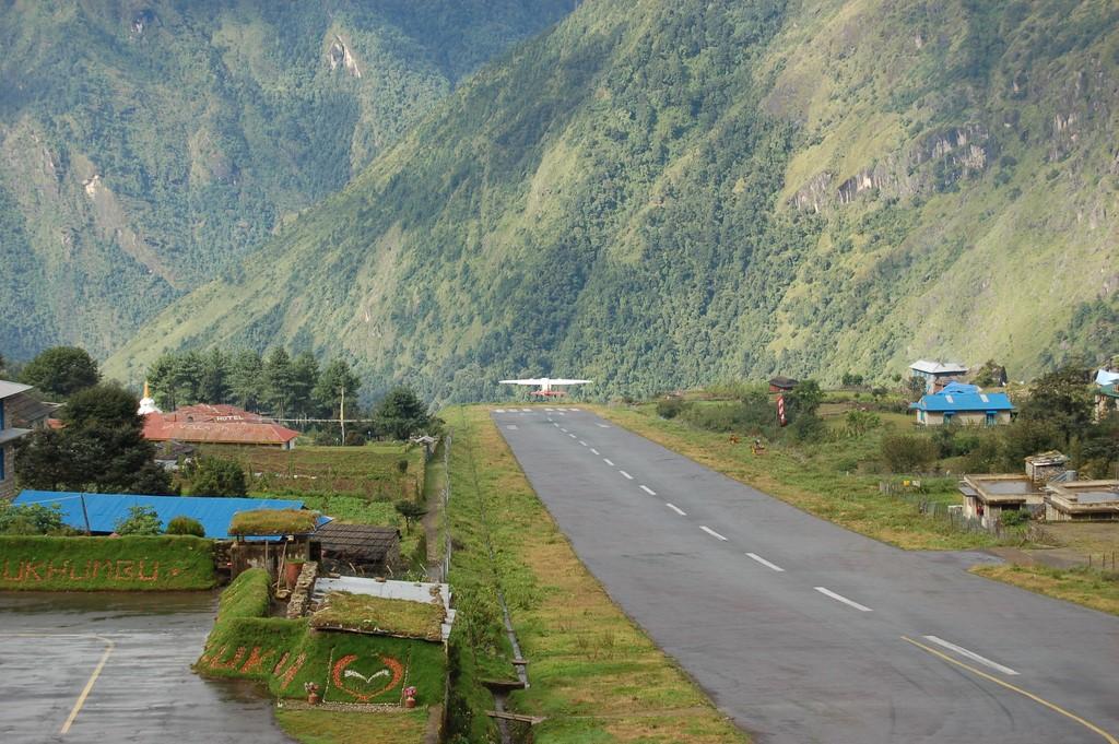Aeroporto de Lukla, Nepal: próximo ao Monte Everest, fica a 2.900 metros de altitude. Sua pista é em declive e tem apenas 527 metros. As montanhas do Himalaia completam o cenário do aeroporto - nepalgatewaytrekking on VisualHunt / CC BY-NC-SA - nepalgatewaytrekking on VisualHunt / CC BY-NC-SA/Rota de Férias/ND
