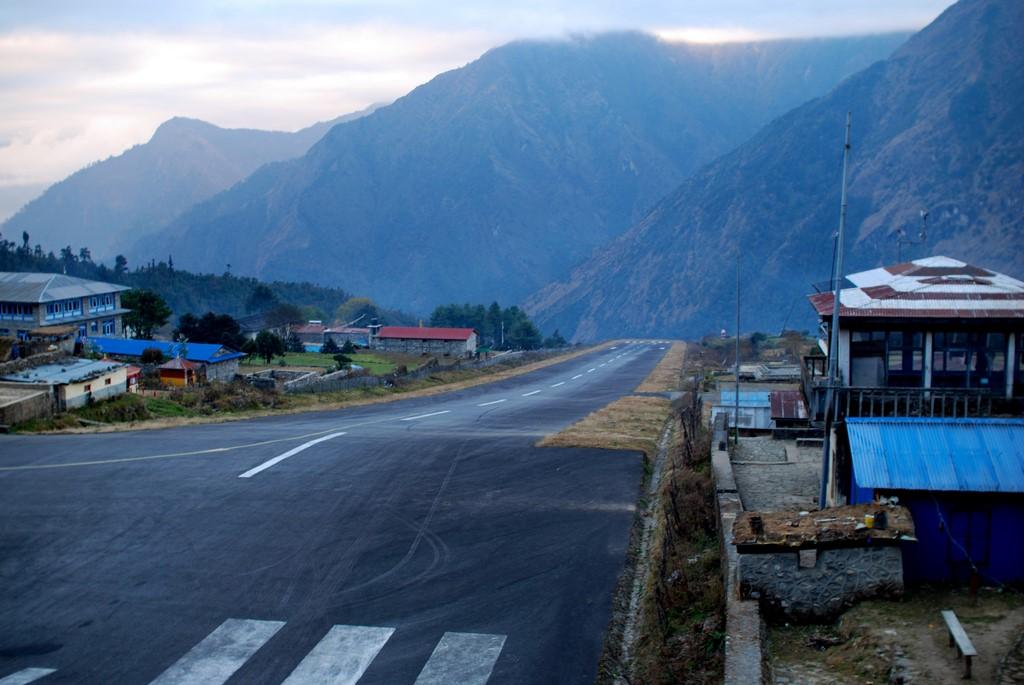 Aeroporto de Lukla, Nepal: próximo ao Monte Everest, fica a 2.900 metros de altitude. Sua pista é em declive e tem apenas 527 metros. As montanhas do Himalaia completam o cenário do aeroporto - Photo credit: Aris Gionis on Visualhunt / CC BY-NC - Photo credit: Aris Gionis on Visualhunt / CC BY-NC/Rota de Férias/ND