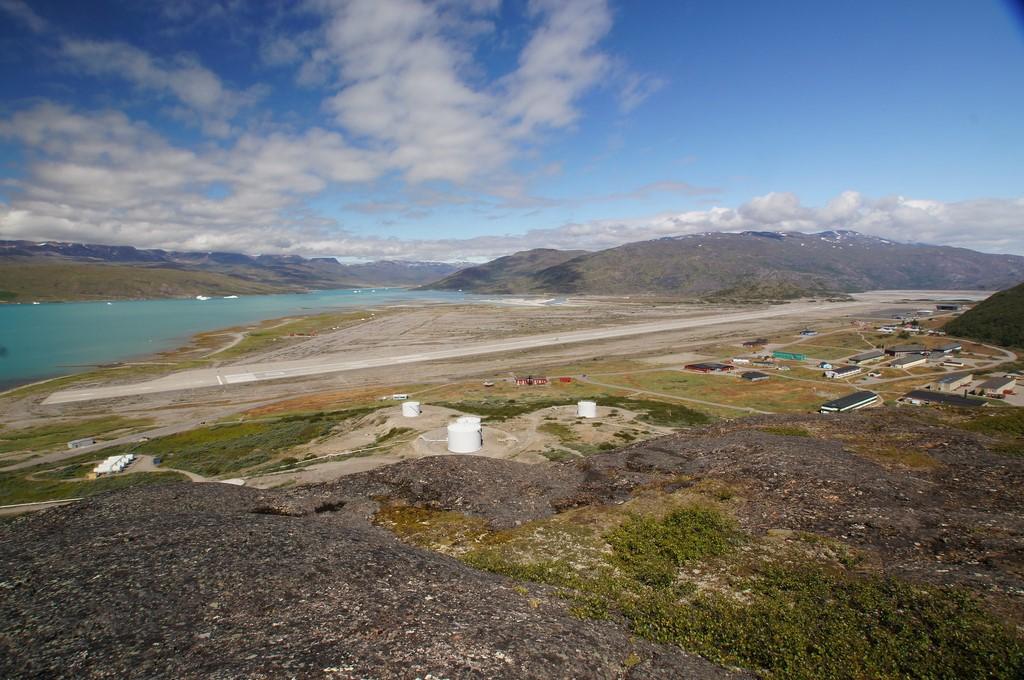 Aeroporto de Narsarsuaq, Groenlândia: os fiordes desta região fazem com que fortes ventos soprem com força na pista, exigindo muita habilidade dos pilotos para pousar - Photo credit: jtstewart on Visual hunt / CC BY-SA - Photo credit: jtstewart on Visual hunt / CC BY-SA/Rota de Férias/ND