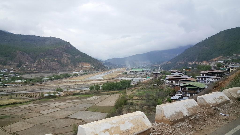 Aeroporto de Paro, Butão: localizado a 2.236 m de altitude, fica cercado por montanhas que têm até 5 mil metros de altura. Poucos pilotos têm autorização para realizar voos no local - taver on Visualhunt / CC BY-NC-ND - taver on Visualhunt / CC BY-NC-ND/Rota de Férias/ND