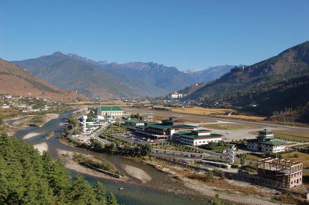Aeroporto de Paro, Butão: localizado a 2.236 m de altitude, fica cercado por montanhas que têm até 5 mil metros de altura. Poucos pilotos têm autorização para realizar voos no local - Photo credit: superkimbo on Visual hunt / CC BY-NC-SA - Photo credit: superkimbo on Visual hunt / CC BY-NC-SA/Rota de Férias/ND